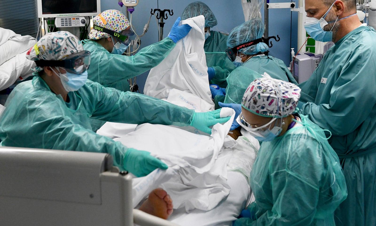 Atenció a un malalt crític de covid a l'UCI de l'Hospital de Sant Pau, a la tardor. Fotografia de Xavier Jubierre.
