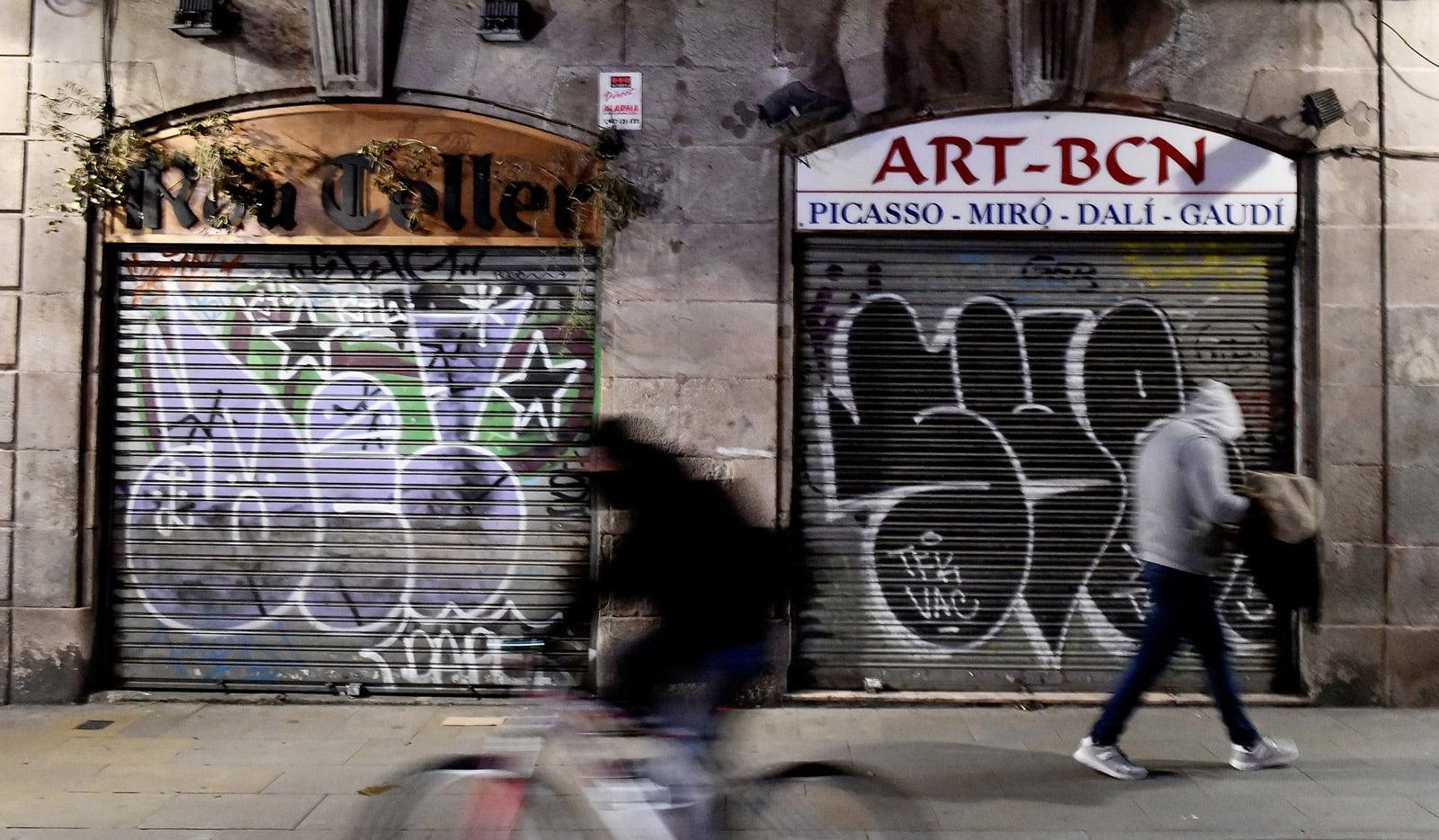 Botigues de records tancades al carrer Princesa, al desembre. Fotografia de Xavier Jubierre.