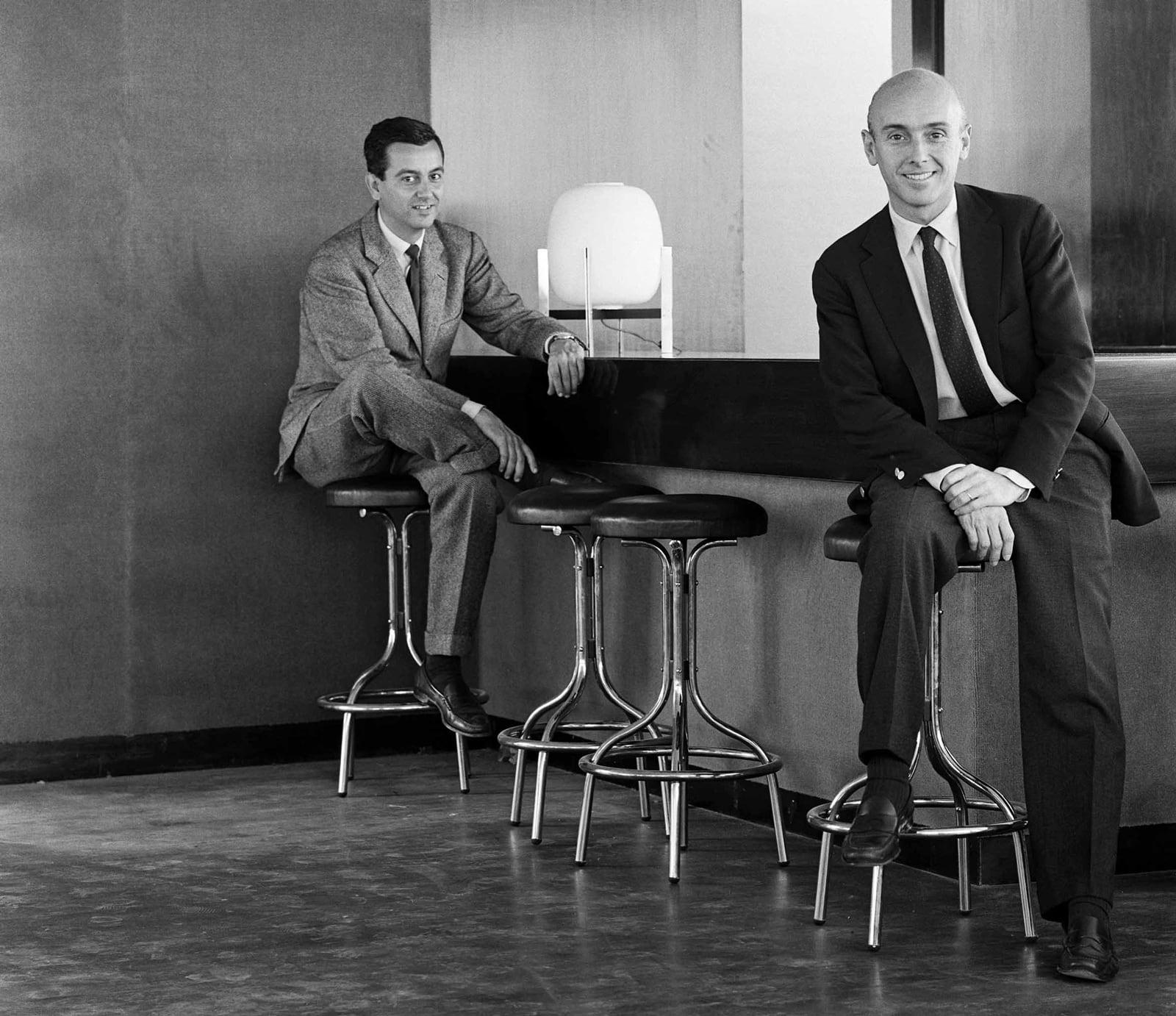 Federico Correa (esquerra) i el seu soci, Alfons Milà, el 1962, al bar-restaurant de la vuitena planta de l'edifici del Col·legi d'Arquitectes de Catalunya, a la plaça Nova. Fotografia d'Oriol Maspons, cedida per l'Arxiu Històric del COAC.