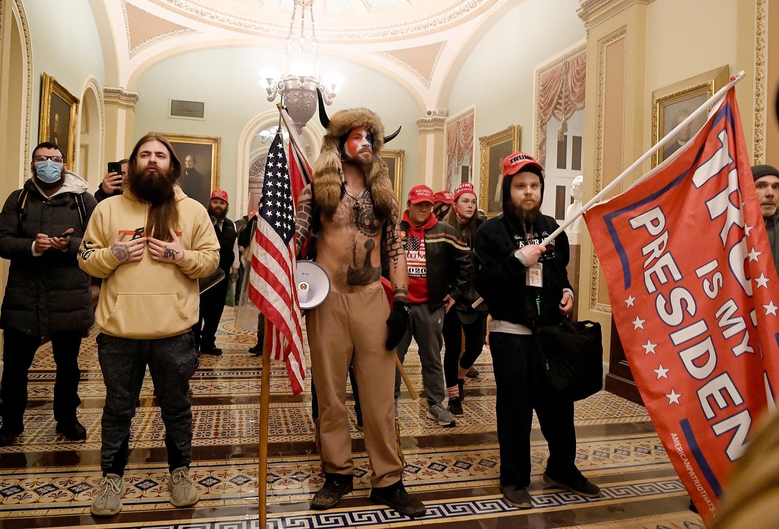 Imatge que s'ha fet viral de seguidors de Trump, amb Jake Angeli al centre, a l'interior del Capitoli el 6 de gener. Fotografia de Saul Loeb. AFP. Getty.