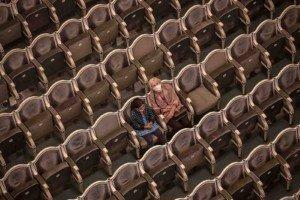 Només dues espectadores, amb mascareta, en un teatre de Praga, al setembre. Fotografia de Martin Divisek. Efe.