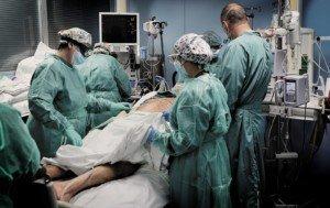 Un malalt de covid és assistit a l'UCI de l'Hospital de Sant Pau, el 30 d'octubre. Fotografia de Xavier Jubierre.