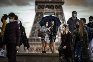 Visitants amb mascareta a la Torre Eiffel, el 26 d'octubre. Fotografia d'Ian Langsdon. Efe.