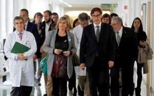 El ministre de Sanitat, Salvador Illa i la consellera de Sanitat, Alba Vergés, a l'Hospital Clínic en una reunió per avaluar l'evolució de la covid, el febrer passat. Fotografia de Toni Albir. Efe.