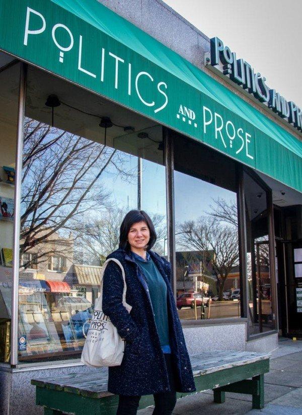 Beatriz Navarro corresponsal de La Vanguardia a Washington al davant de la llibreria Politics and Prose.