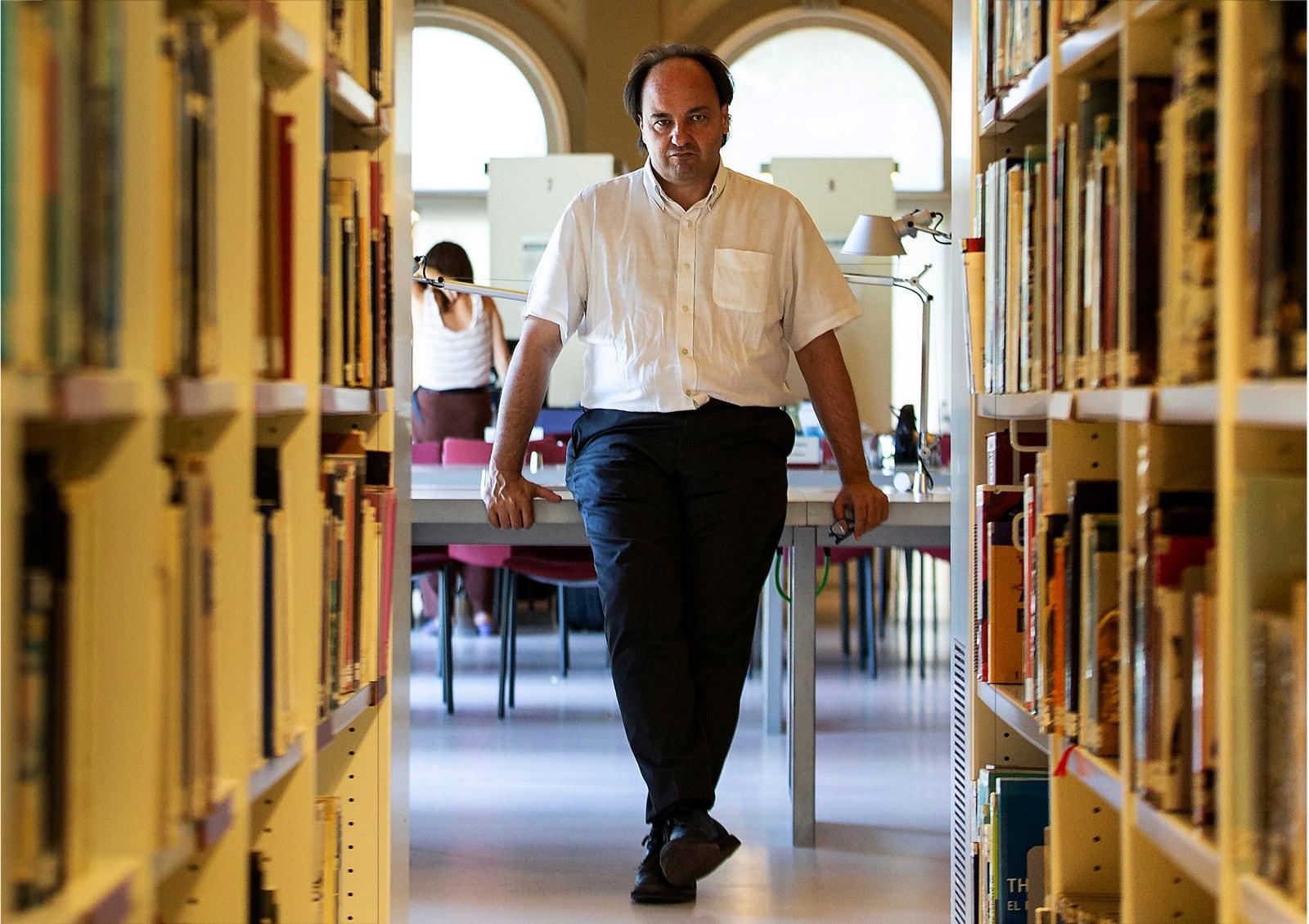 El director del MNAC, Pepe Serra, retratat al Museu. Fotografia d'Enric Fontcuberta. Efe.
