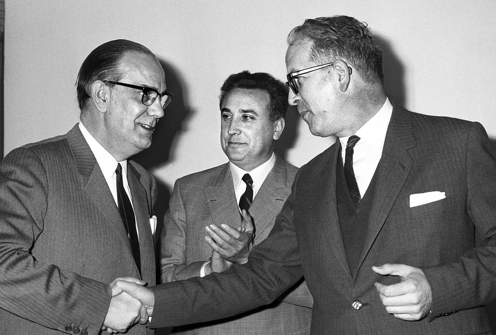 Camilo José Cela i Carlos Robles Piquer se saluden durant l'entrega d'una medalla a Alfaguara, el 1966. Fotografia de Millán. Efe.