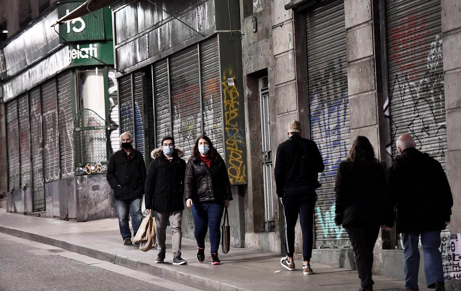 Al carrer Jaume I, un seguit de persianes abaixades.