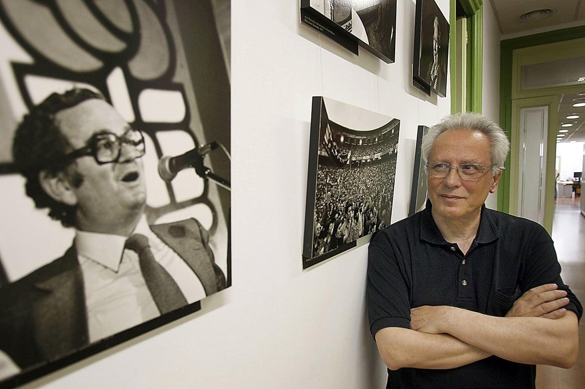 Isidre Molas observa una foto de Joan Raventós, a la seu del PSC, el juliol del 2008. Fotografia de Toni Albir. Efe.