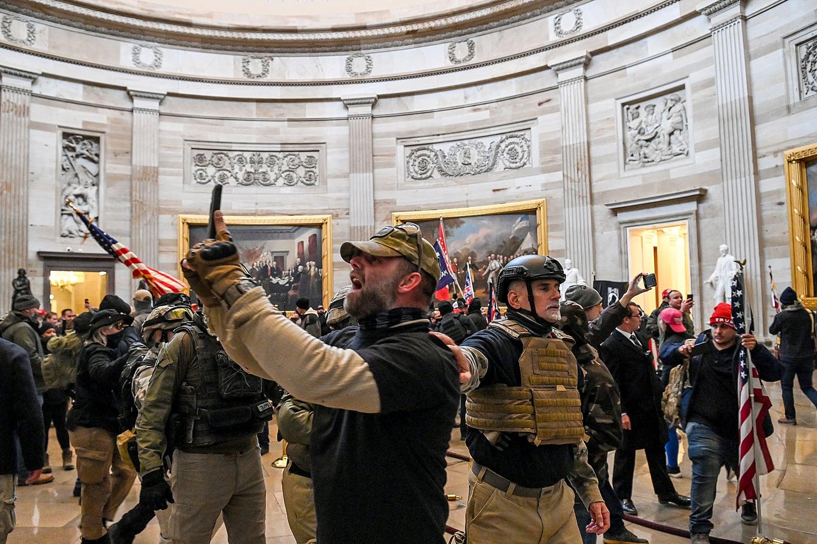 Seguidors radicals de Donald Trump dins de la Rotonda del Capitoli, durant l'assalt del 6 de gener. Fotografia de Saul Loeb. AFP.