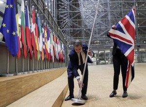 Un funcionari retira la bandera britànica de la seu del Consell Europeu a Brussel·les, el 31 de desembre de 2020. Fotografia d'Olivier Hoslet. EPA.