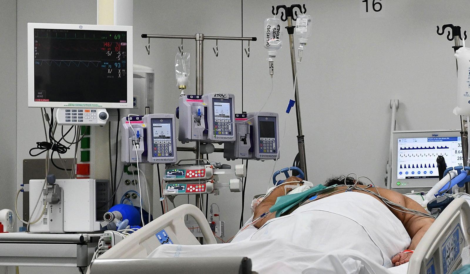 Una malalta crítica per la covid a l'UCI de l'Hospital de Sant Pau, a l'octubre. Fotografia de Xavier Jubierre.