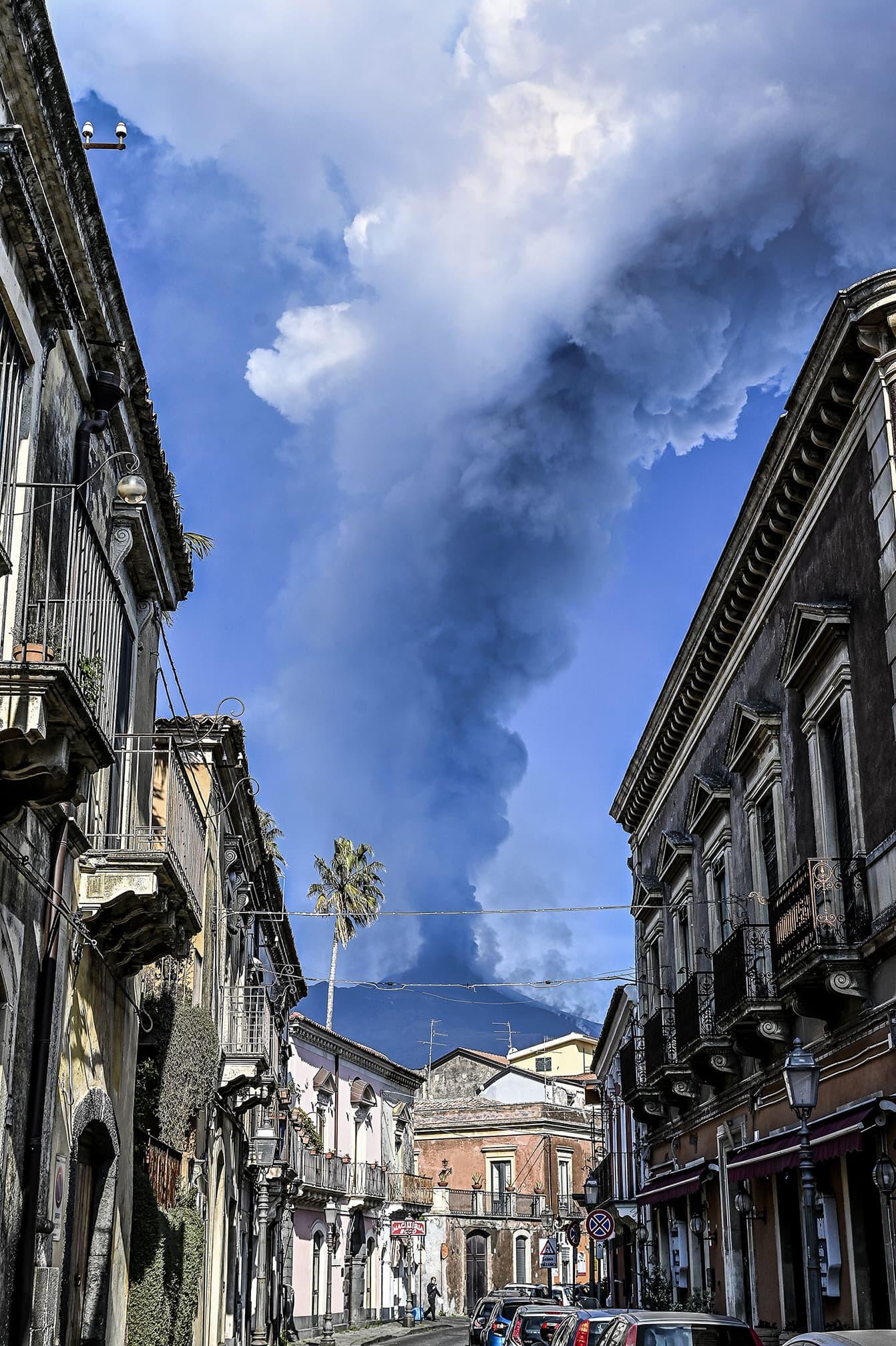 L'erupció de l'Etna vista des d'un carrer de Trecastagni, el 19 de febrer. Fotografia de Fabrizio Villa. Getty Images.