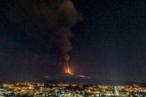 La nit del 24 de març, per damunt de Catània, el volcà Etna torna a entrar en erupció. Fotografia de Salvatore Allegra. Anadolu. Getty Images.