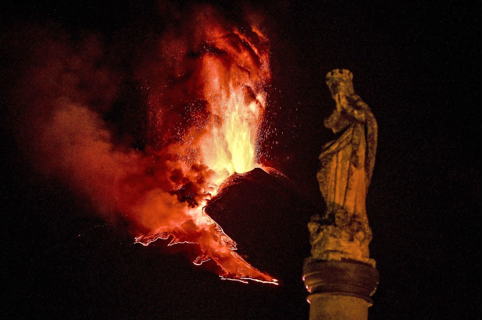 L'estàtua de la Immaculada a Milo amb l'explosió de lava de l'Etna al fons, el 24 de febrer. Fotografia de Fabrizio Villa. Getty Images.