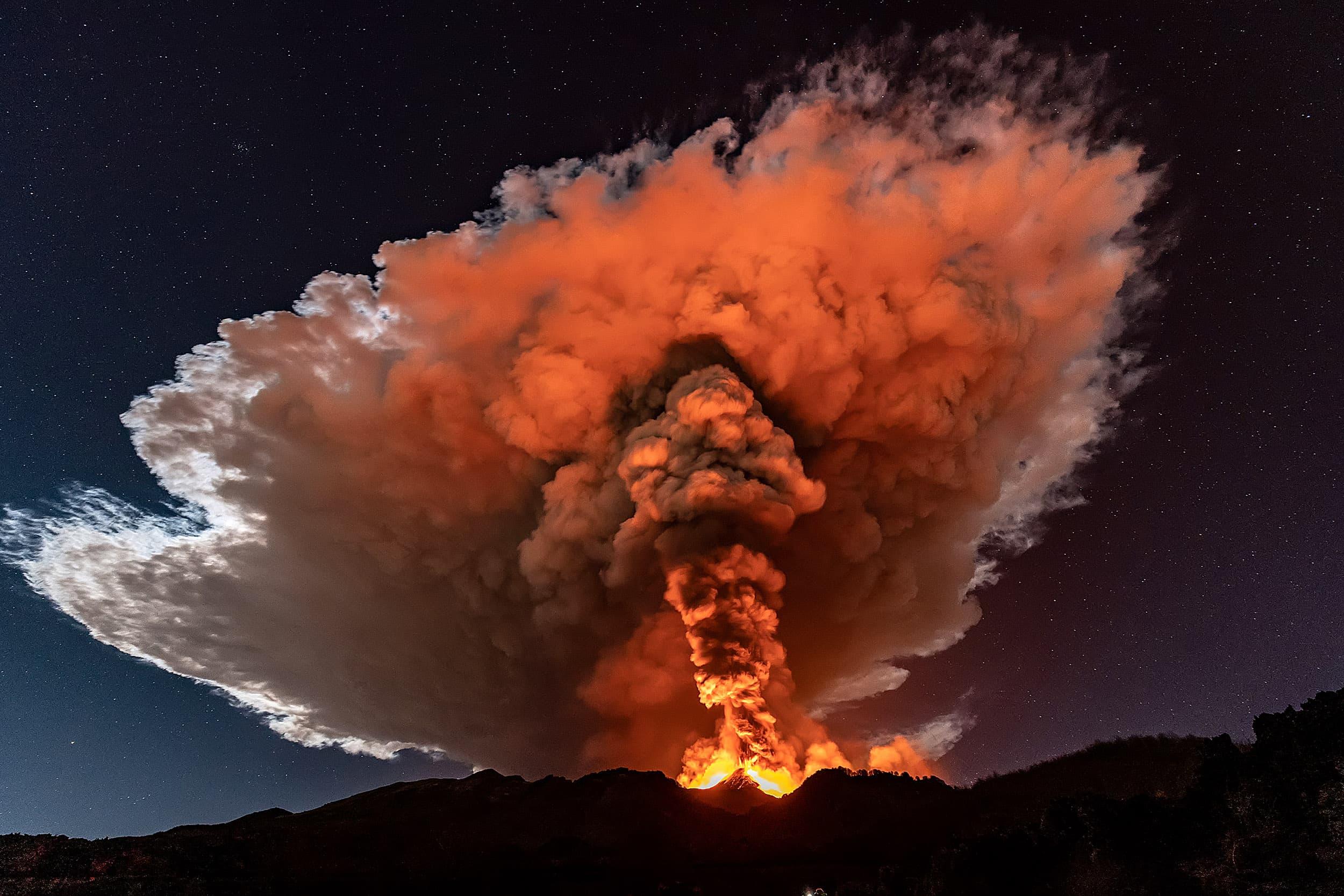 Una nova i violenta erupció de l'Etna, el 23 de febrer. La lava expulsada va arribar a més d'un quilòmetre del volcà. Fotografia de Marco Restivo. Barcroft Media. Getty Images.