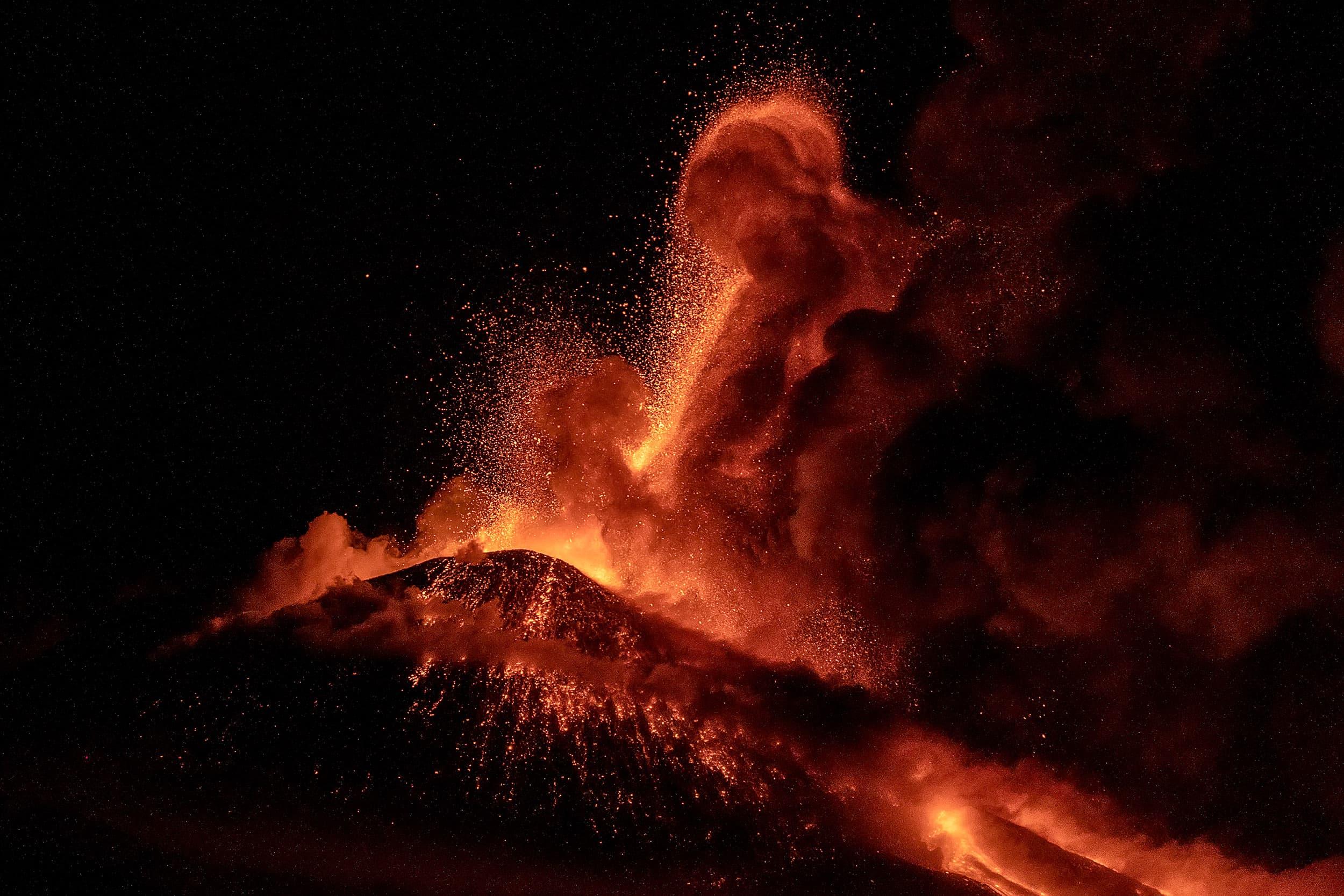 Fonts de lava i una gran quantitat de gasos i cendres piroclàstiques expulsades pel cràter del sud-est, el 15 de març. Fotografia de Marco Restivo. Barcroft Media. Getty Images.