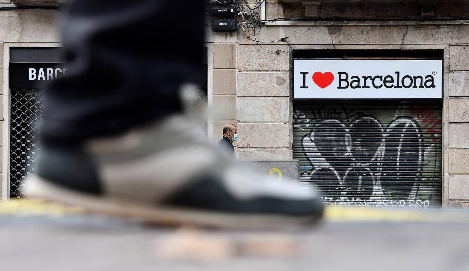 Botigues de records tancades a La Rambla, el desembre del 2020. Fotografia de Xavier Jubierre.