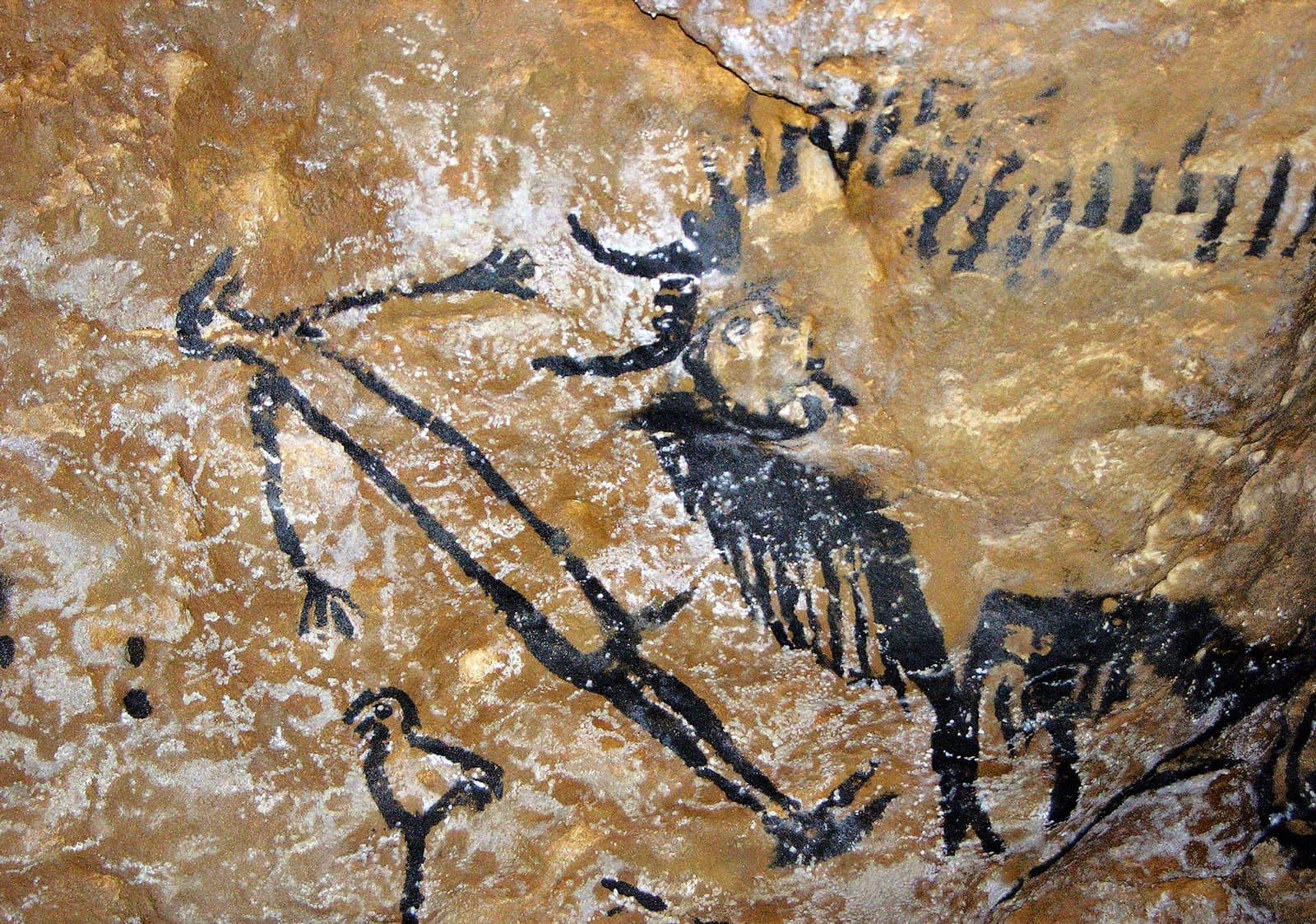 Escena rupestre paleolítica, a les coves de Lascaux, França, d'un home misteriós amb un toro i un ocell. Fotografia de VCG Wilson. Corbis. Getty Images.