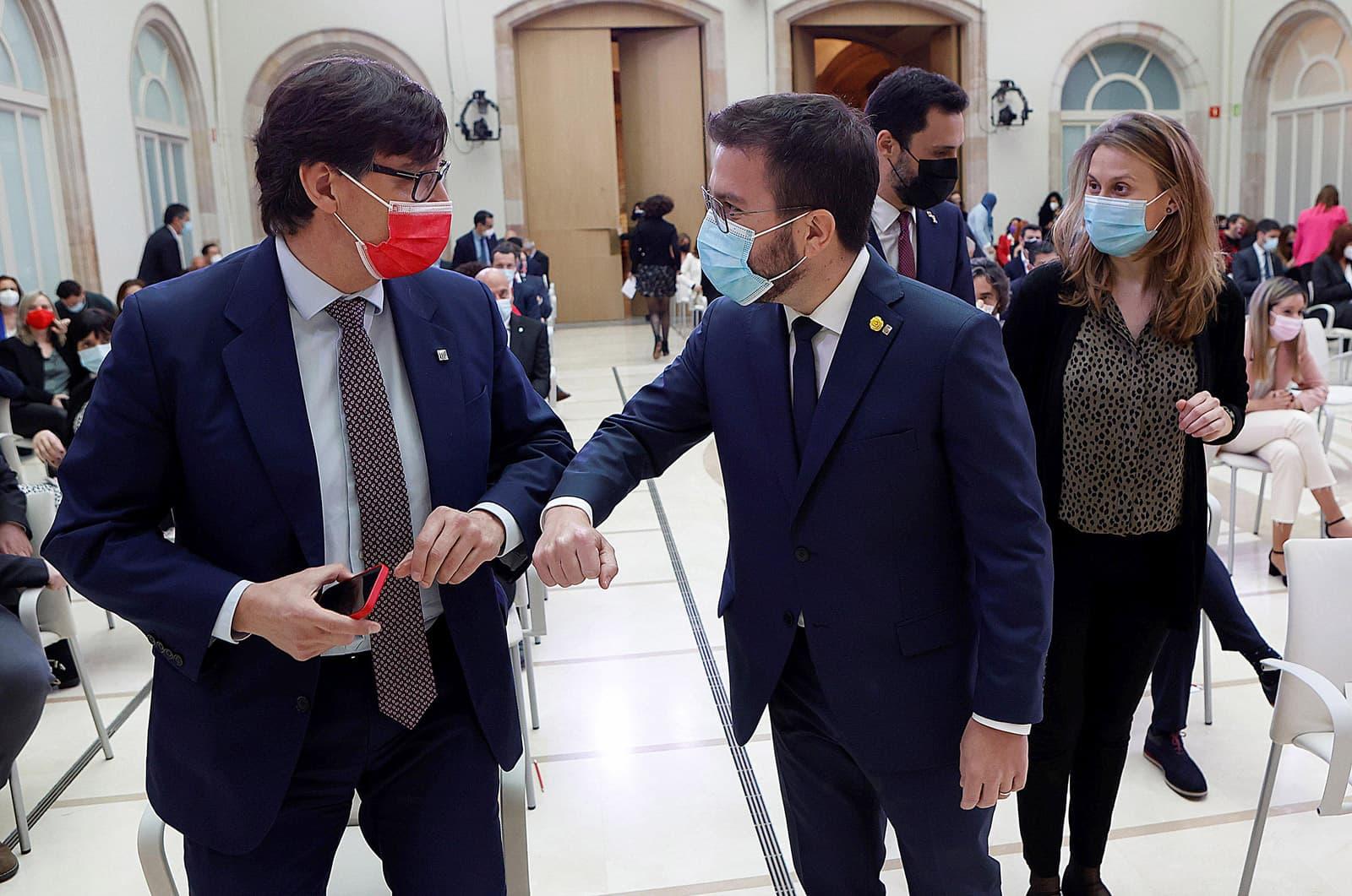 Salvador Illa i Pere Aragonès se saluden durant la sessió constituent del Parlament, el 12 de març. Fotografia d'Alberto Estévez. Efe.