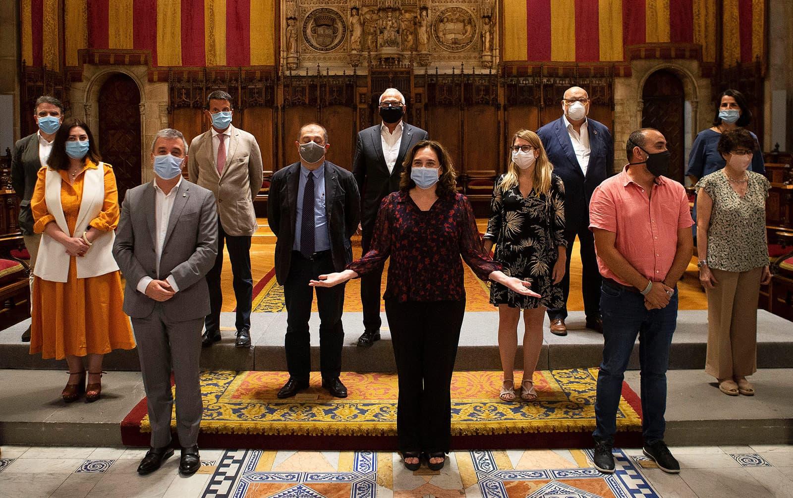 L'alcaldessa de Barcelona, Ada Colau, els tinents d'alcalde, els presidents dels grups municipals i el secretari general de CCOO, en l'acte de presentació del document final del Pacte per Barcelona per afrontar la situació generada per la covid-19, el juliol del 2020. Fotografia d'Enric Fontcuberta Efe.