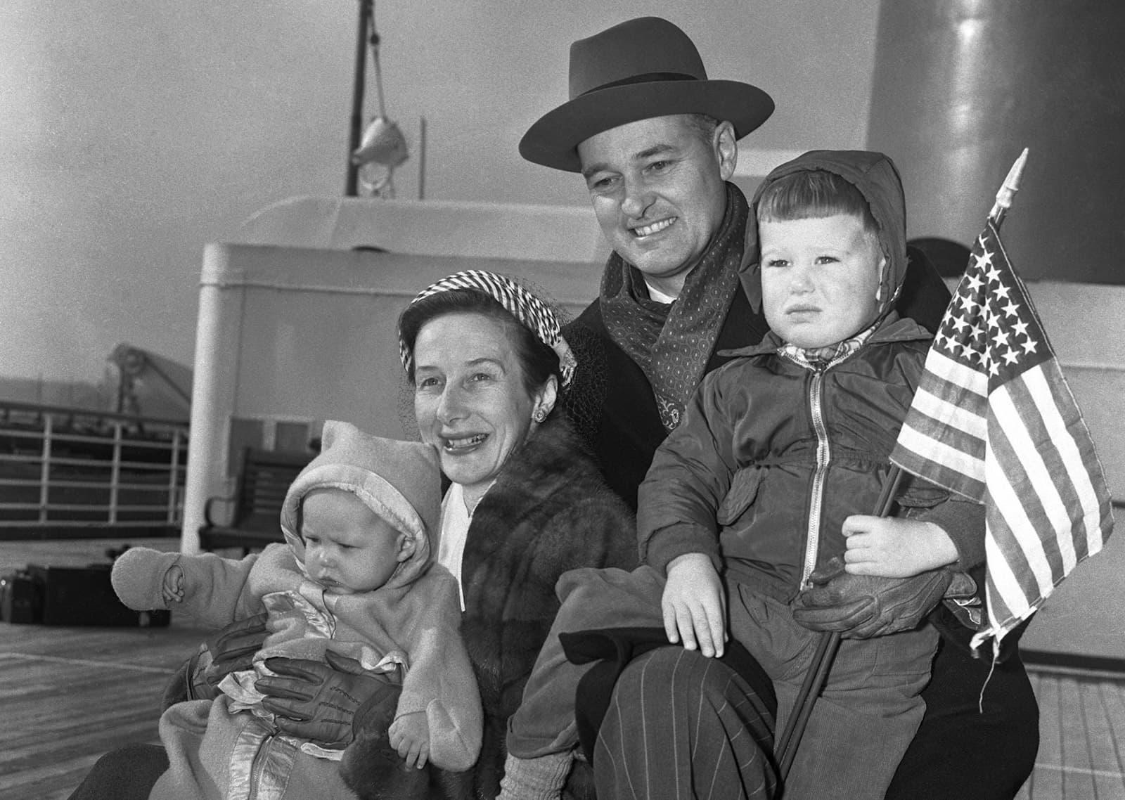 George Kennan, ambaixador dels Estats Units a Rússia, amb la seva família al vaixell que el va portar de tornada a Nova York, el 1952. Fotografia de Getty Images.