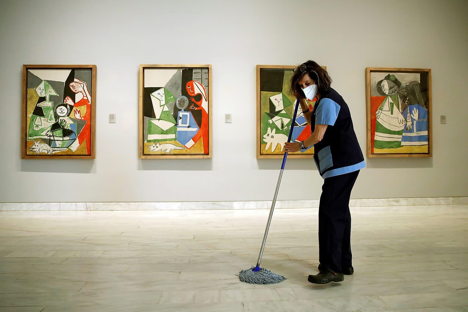 Una treballadora de la neteja del Museu Picasso un dia abans de la reobertura de després del confinament, el mes de juny. Fotografia de Toni Albir. Efe.
