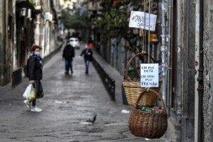 Cistell solidari amb aliments en un carrer del centre de Nàpols, el març de 2020. Fotografia de Salvatore Laporta. Kontrolab. LightRocket. Getty Images.