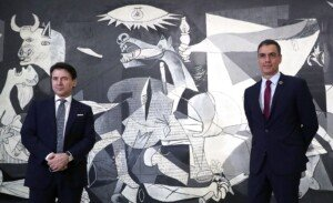 El president del govern, Pedro Sánchez i el primer ministre italià Giuseppe Conte, en una compareixença davant del Guernica, per parlar dels fons de recuperació de la covid-19, el juliol del 2020. Fotografia de Kiko Huesca. Efe.