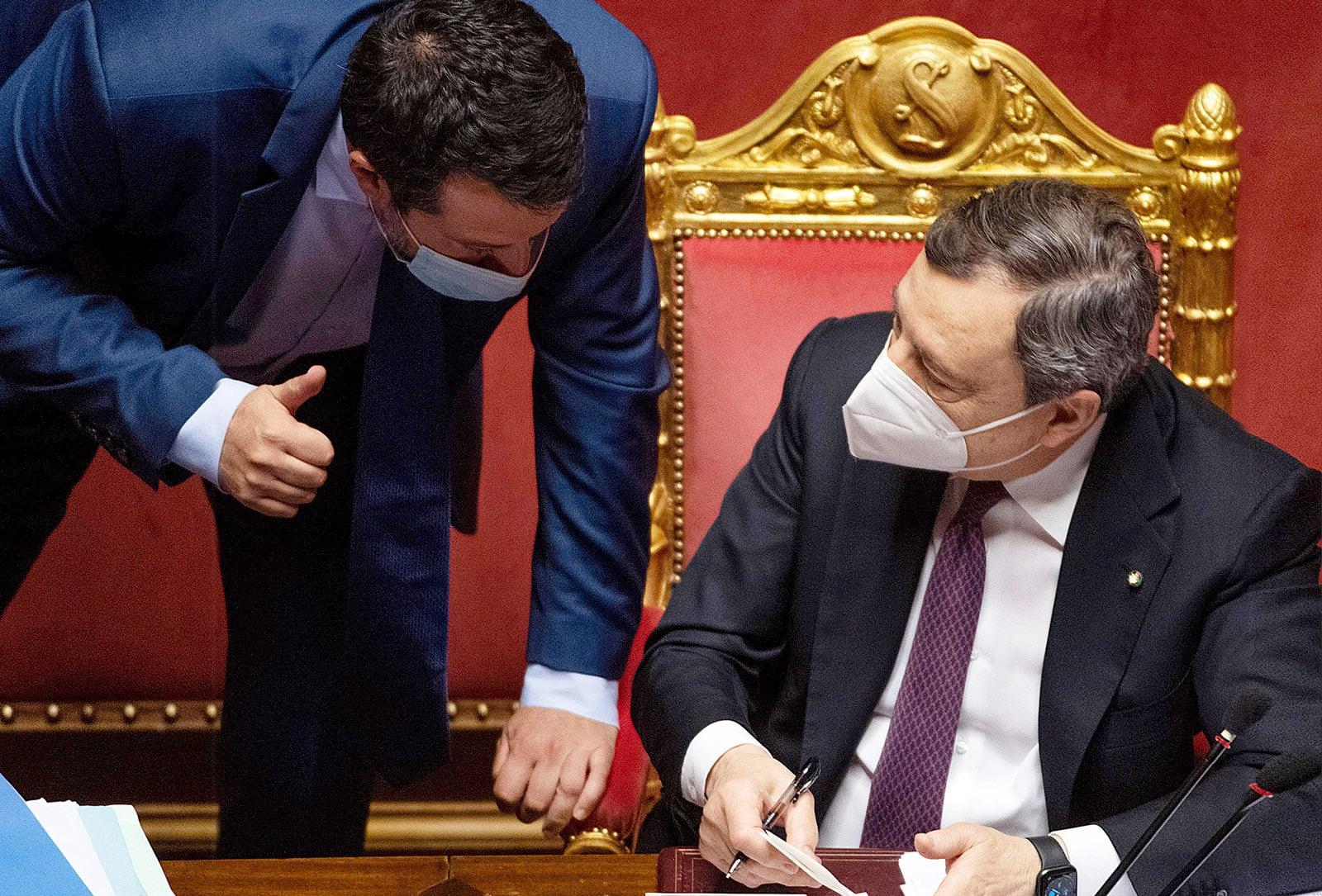 El primer ministre italià, Mario Draghi, conversa amb Matteo Salvini, líder del partit La Lliga Nord, durant un ple del senat a Roma, el 27 d'abril. Fotografia de Maurizio Brambatti. Efe.