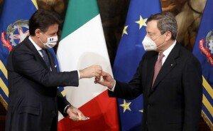 El primer ministre sortint, Giuseppe Conte, entrega la campaneta de plata símbol del traspàs de poders a Mario Draghi, el nou primer ministre, el 13 de febrer de 2021 al palau Chigi de Roma. Fotografia d'Alessia Pierdomenico. Bloomberg. Getty Images.