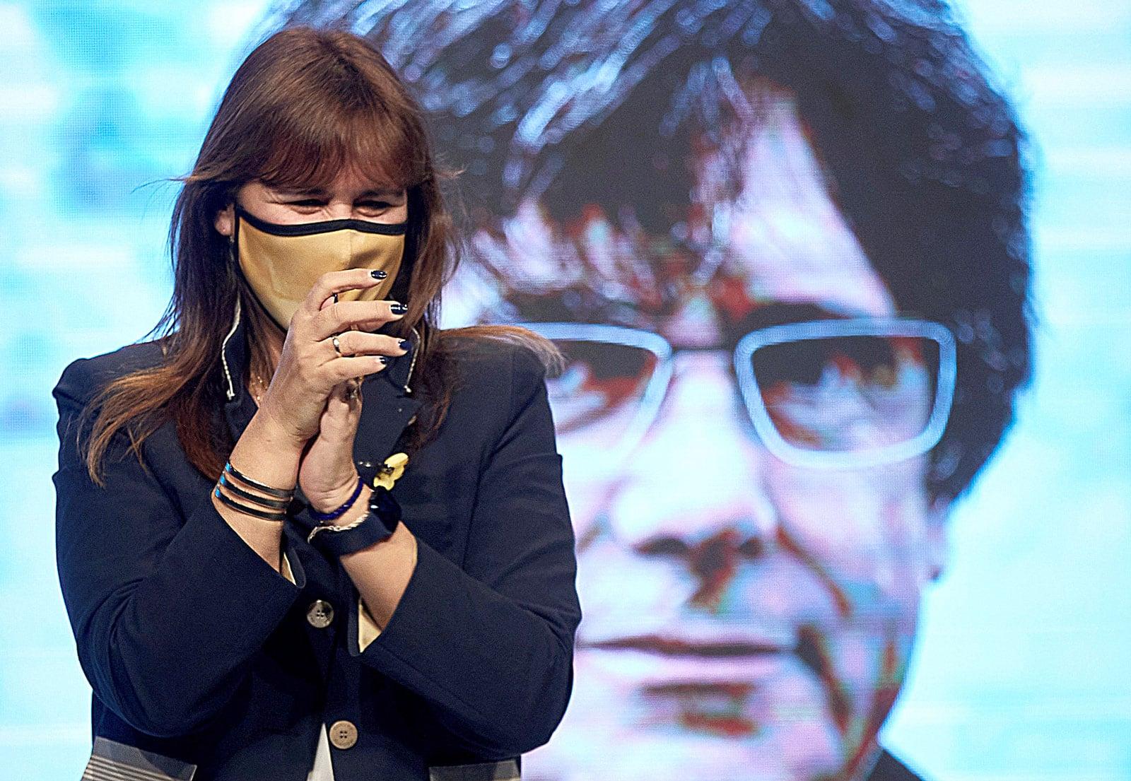 Laura Borràs, amb la imatge de Carles Puigdemont al darrere, en un acte de campanya a Girona el 10 de febrer de 2021. Fotografia de David Borrat. Efe.