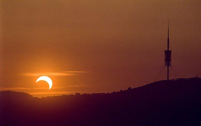 L'eclipsi parcial de Sol, el 1995, va tenir la màxima ocultació poc abans de la posta. Fotografia realitzada des de dalt de l'Hotel Arts, a la Vila Olímpica.
