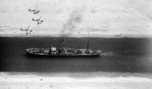 Avions de la RAF britànica sobrevolen el canal de Suez, el 1938, poc abans de la Segona Guerra Mundial. Fotografia de Fox Photos. Getty Images.
