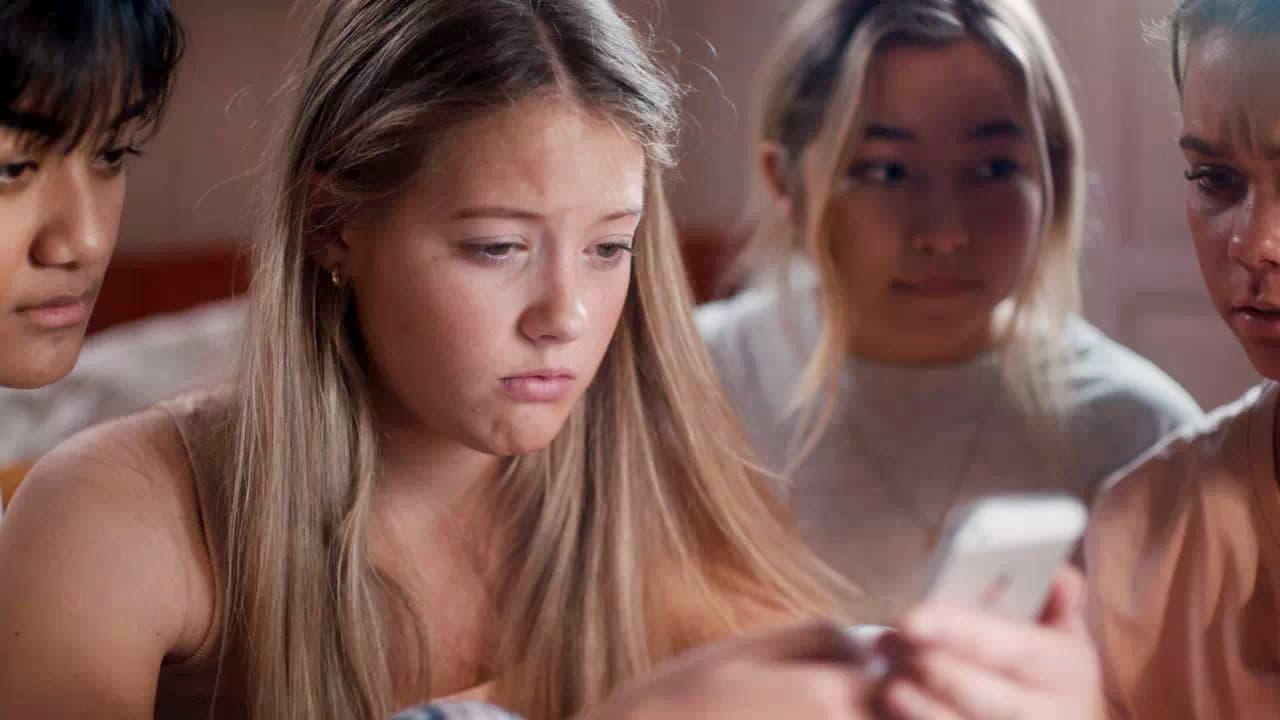 Fotograma de la sèrie Nudes de Sundance TV que pretén conscienciar als joves i adolescents dels perills de compartir determinats continguts íntims a les xarxes socials.