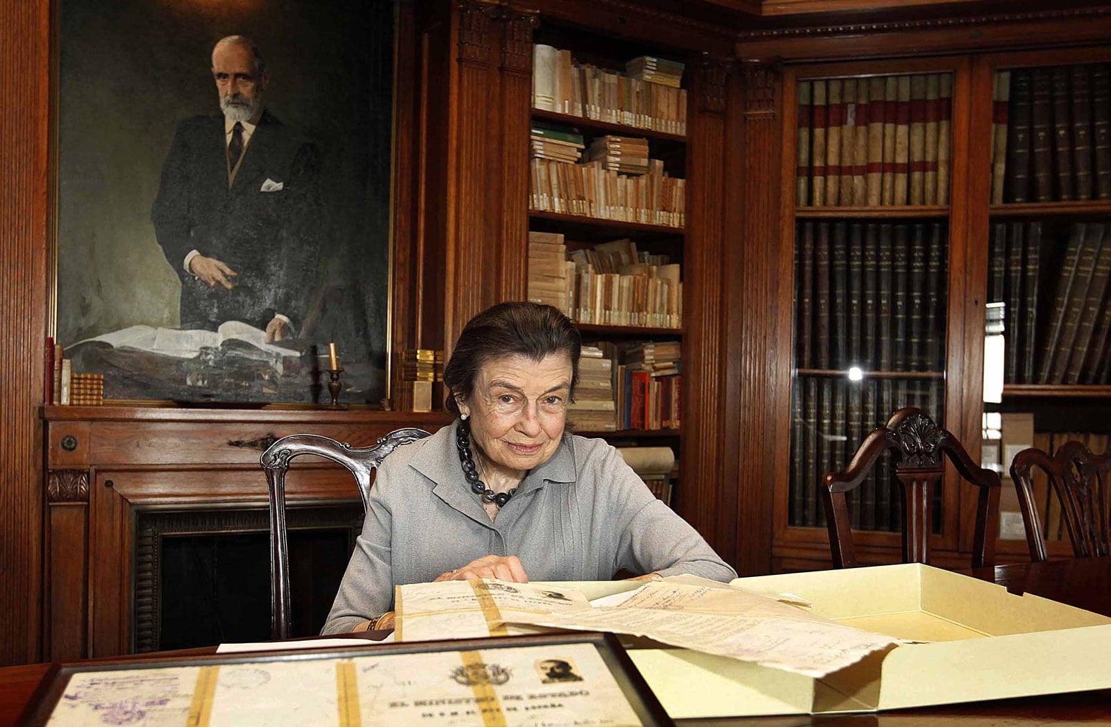 Helena Cambó amb una capsa de documents de Francesc Cambó, retornats de l'Arxiu de Salamanca, retratada a casa seva el 2012. Fotografia de Josep García.