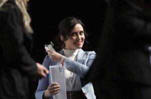 Isabel Díaz Ayuso es treu la mascareta per intervenir en un acte a Ifema, el 22 de març. Fotografia d'Emilio Naranjo. Efe.