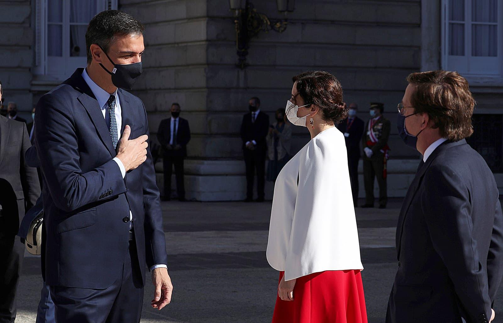 Pedro Sánchez saluda a Isabel Díaz Ayuso en presència de José Luis Rodríguez Almeida, el 12 d'octubre del 2020. Fotografia de Kiko Huesca. Efe.