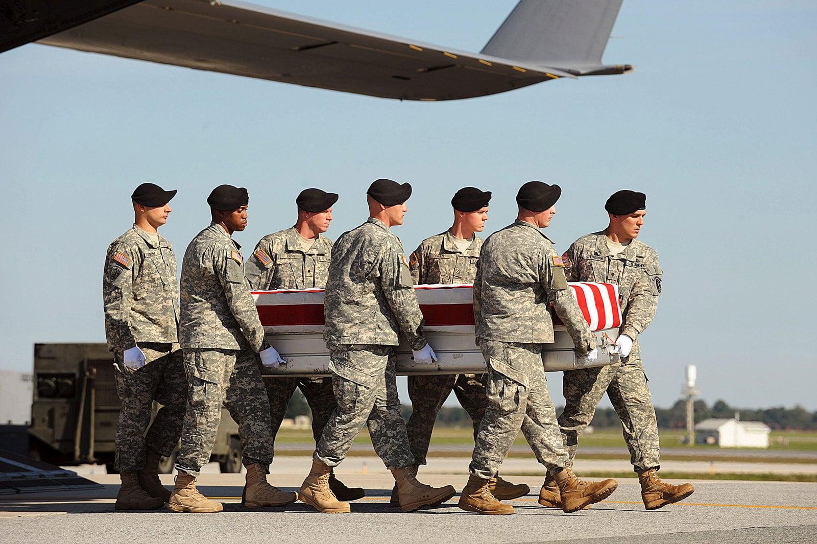 Trasllat del cos d'un soldat dels Estats Units mort en combat a l'Afganistan, el 2009. Fotografia de Michael Reynols. EPA.