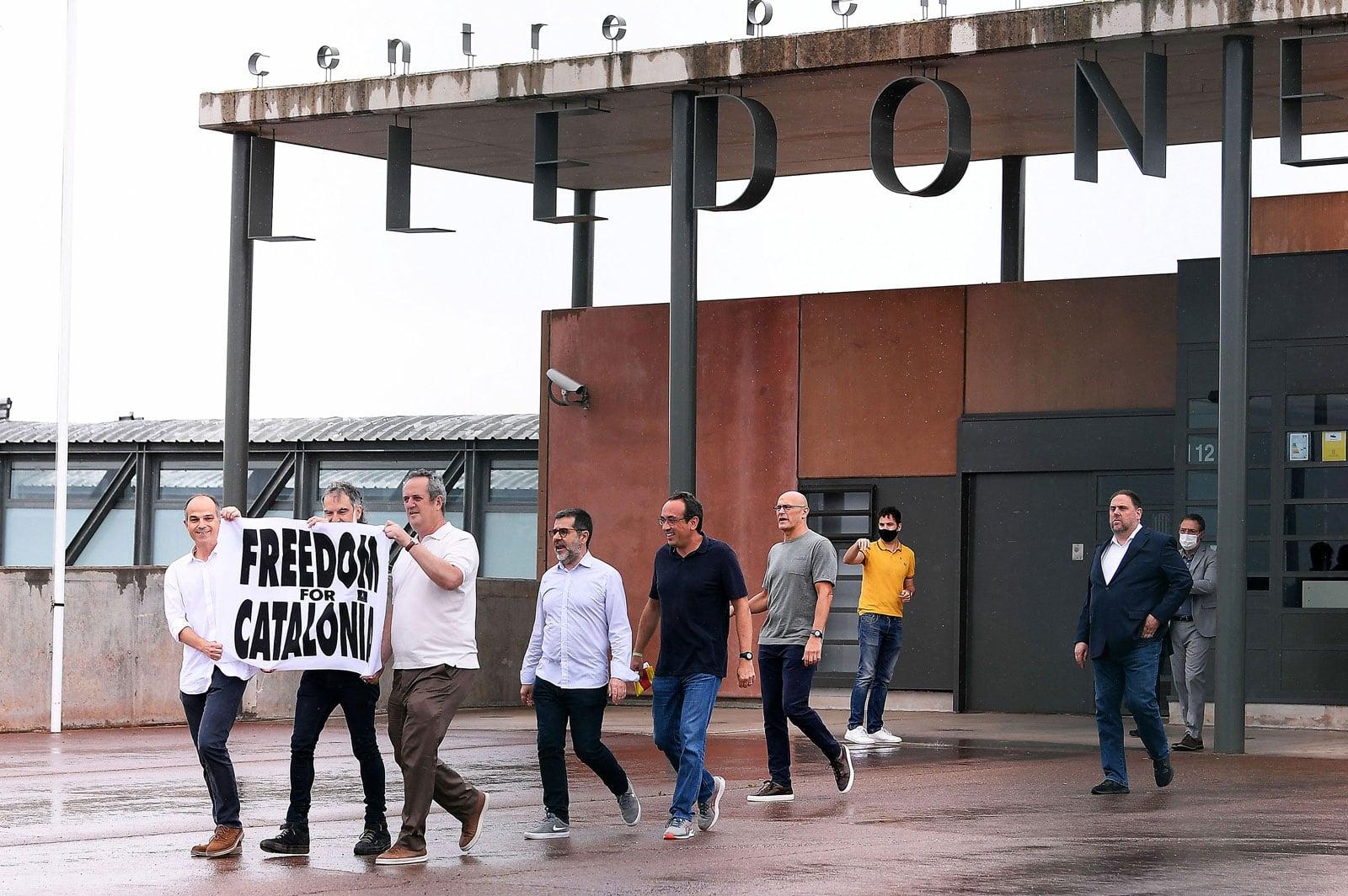 """Els indultats, sortint de la presó. """"Freedom for Catalonia"""" va ser la campanya de distorsió de la preparació dels Jocs Olímpics de la qual Joaquim Forn, que sosté la pancarta, va ser un dels principals activistes. Fotografia de Josep Lago. AFP. Getty Images."""