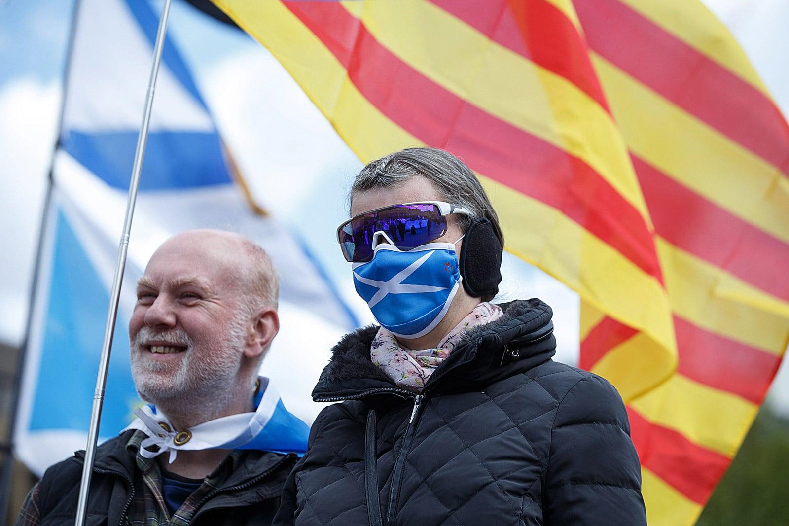 Dos escocesos a favor de la independència amb la bandera escocesa i la Senyera a Glasgow, l'1 de maig. Fotografia d'Efe.