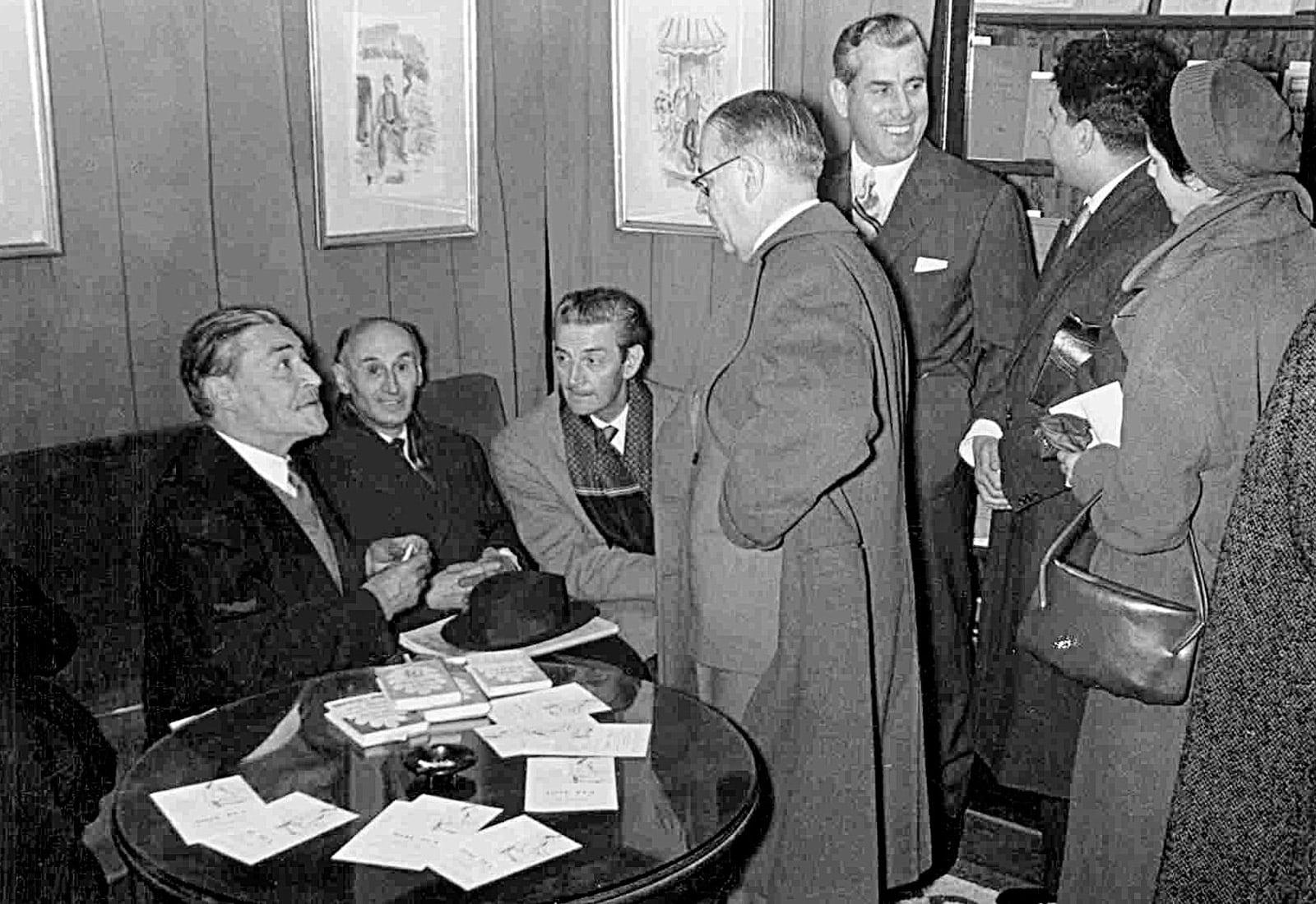 Josep Pla signant exemplars a la Casa del Libro, el 1955. Fotografia de Josep Postius. Fundació Josep Pla. Col·lecció Sebastià Borràs.