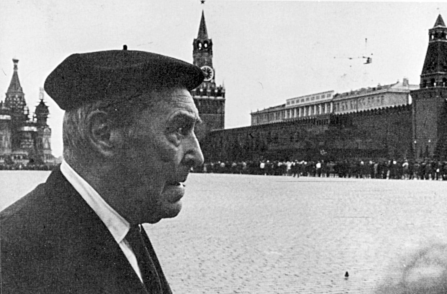 Josep Pla a la plaça Roja de Moscou, el 1969. Fotografia de Josep Vergés. Fundació Josep Pla.