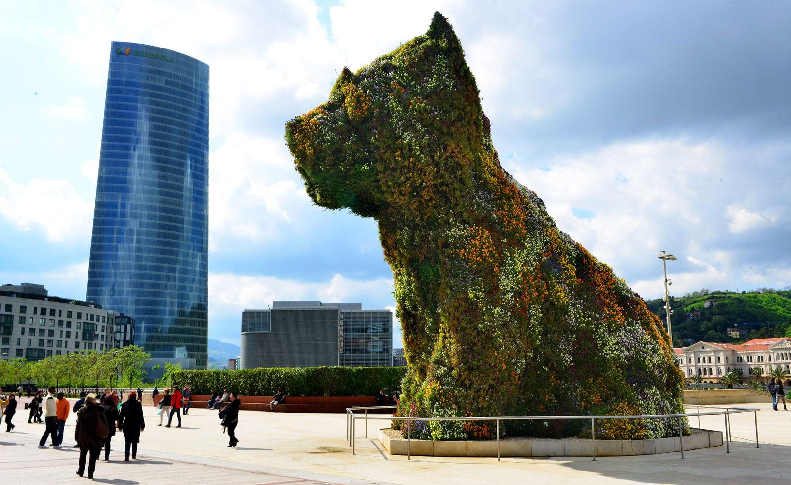 Puppy, escultura floral de Jeff Koons, a la porta del Museu Guggenheim de Bilbao. Fotografia de Xavier Jubierre.