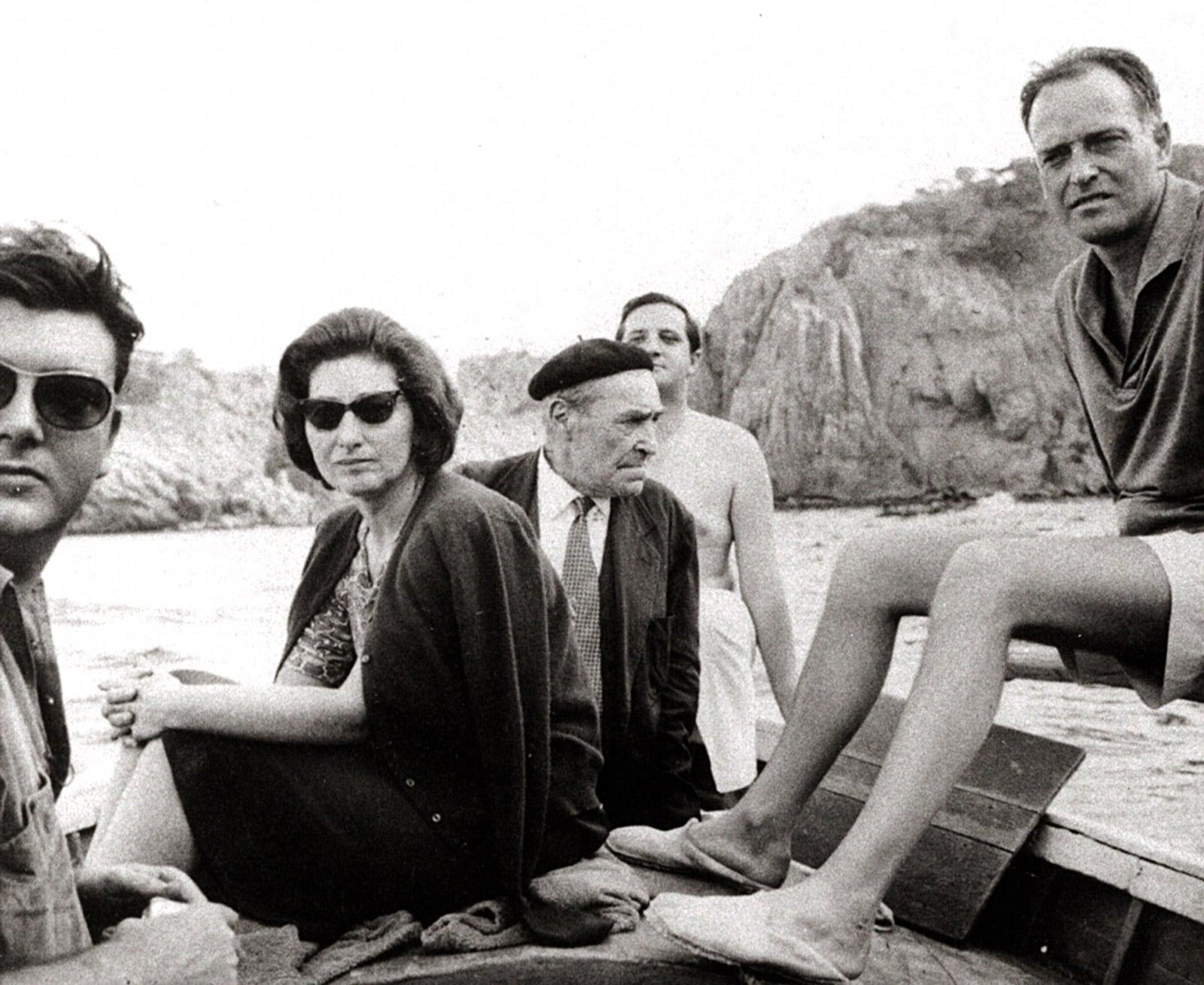 Josep Pla, al centre i Manuel Ortínez, a la dreta, amb uns amics a Tamariu, el 1960. Fotografia d'autor desconegut de la Fundació Pla. Col·lecció Destino.