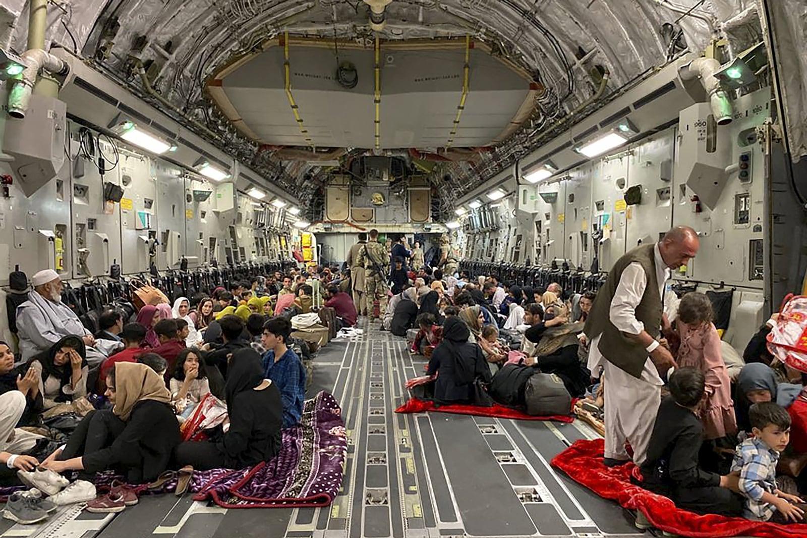 Afganesos que fugen dels talibans dins d'un avió militar dels Estats Units, a Kabul el 19 d'agost. Fotografia de Shakib Rahmani. AFP. Getty Images.