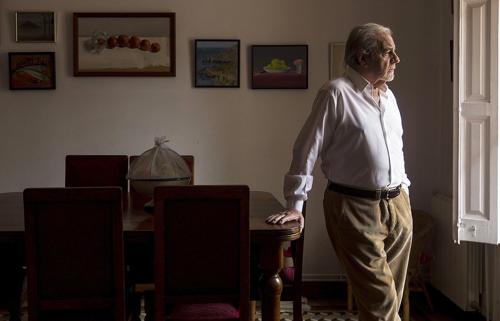 Juan Marsé retratat a casa seva l'abril del 2016. Fotografia de Quique García. Efe.