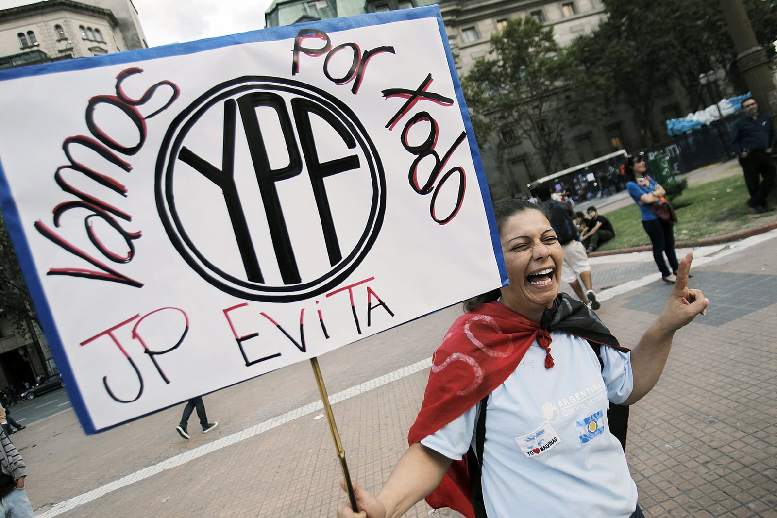 Manifestació a Buenos Aires animant a la presidenta argentina Cristina Fernández a nacionalitzar Repsol YPF, l'abril del 2012. Fotografia de Leo La Valle. Efe.