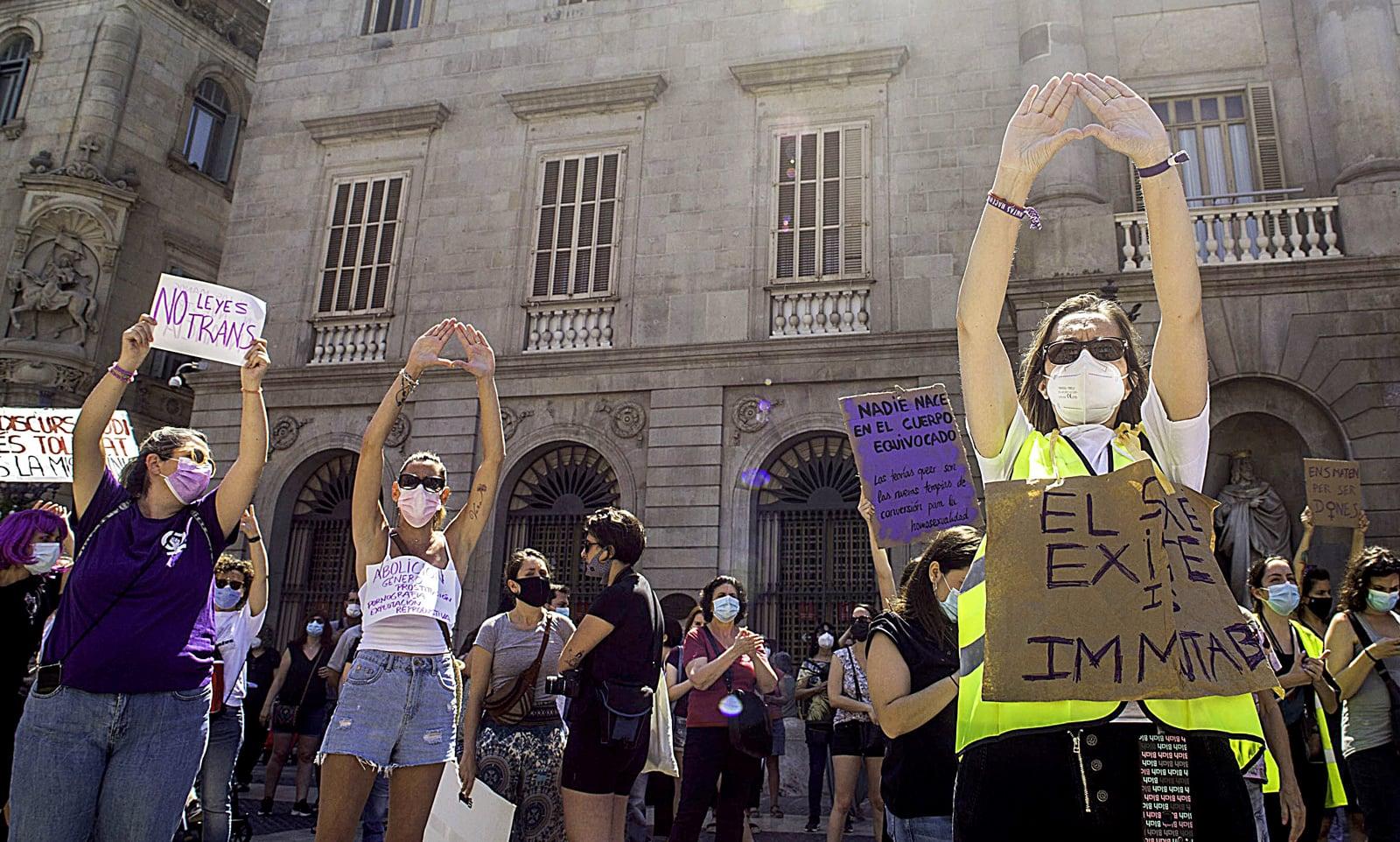 Manifestació feminista contra la llei trans a la Plaça de Sant Jaume, el 26 de juny. Fotografia de Thiago Prudencio. SOPA. ZUMA Wire.