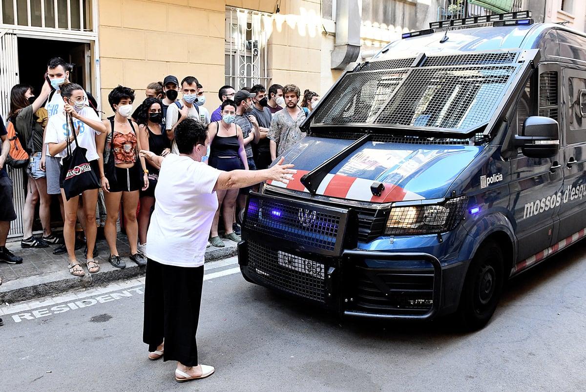 Activistes del Sindicat d'habitatge de la Barceloneta intenten aturar un desnonament, el 19 de juliol.